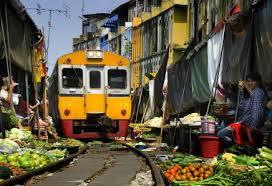 treno che passa in un mercato a Maeklong in Thailandia